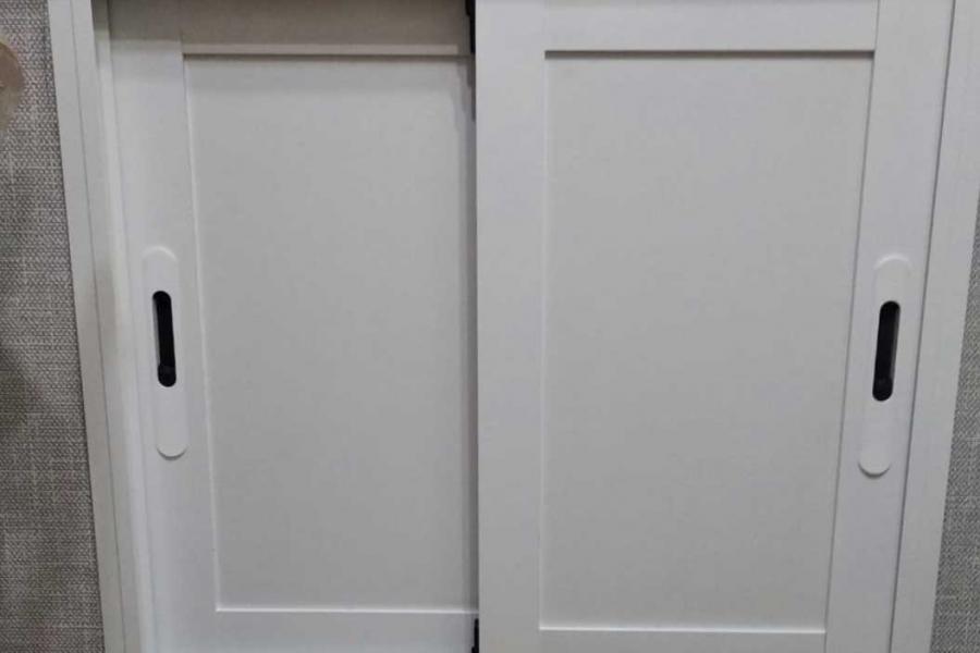Раздвижные двери под окном на кухне в доме хрущевской постройки - 720303808