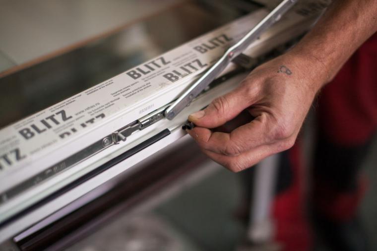 Замена уплотнителя в пластиковых окнах - 1904258697
