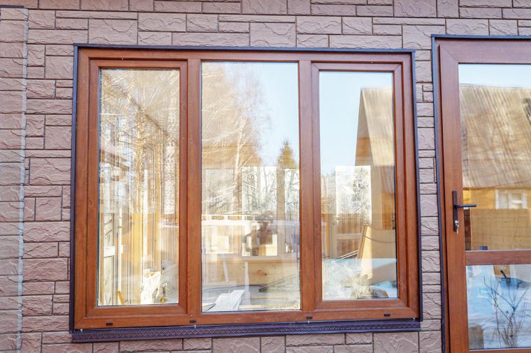 Цветные окна в деревянном доме – новый тренд дизайна - 1055199114