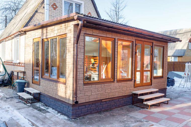 Летняя кухня с большими окнами - 445691922