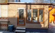 Летняя кухня с большими окнами - 49294239
